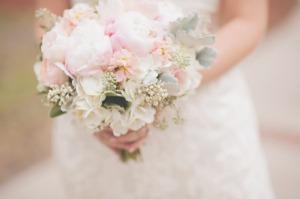 brudebukett rosa peoner