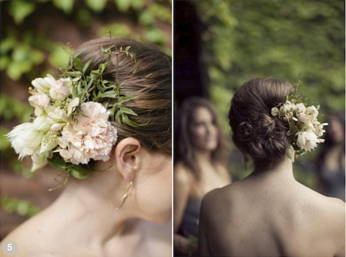 Brudehår med blomster i